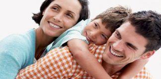 Familia abrazo_derecho a educar a los hijos