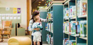 madre_e_hijo_buscan_libro_en_la_biblioteca