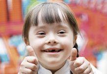 Niña_sonriendo_sindrome-down-pulgares-arriba