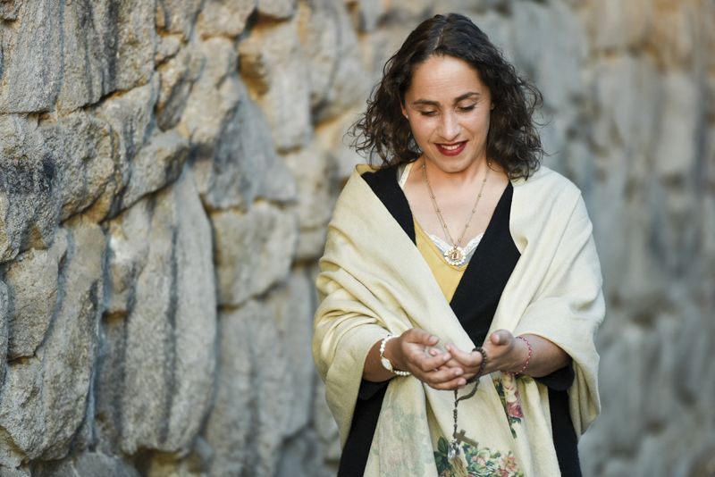 María Martínez. Mujer mirando el rosario