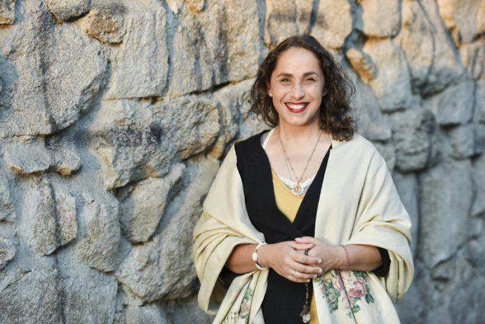 María Martínez. Mujer sonriendo con el rosario