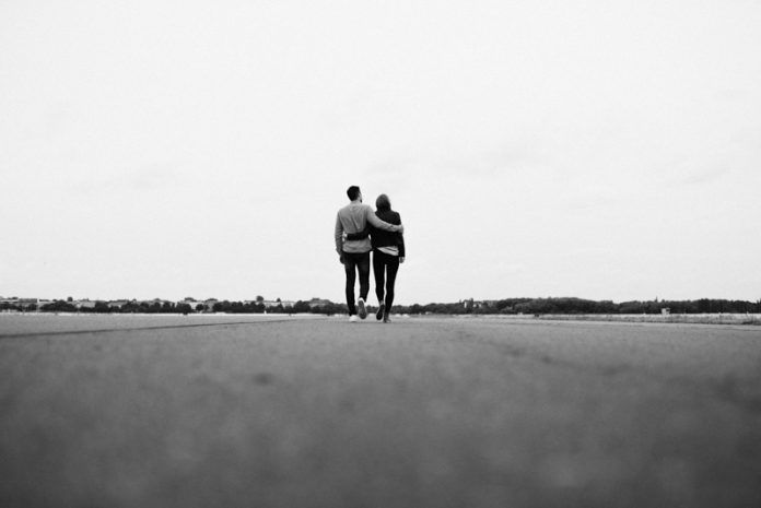 Caminando hacia el matrimonio_pareja abrazada de espaldas_revista misión