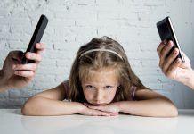 Padres distraídos por el móvil