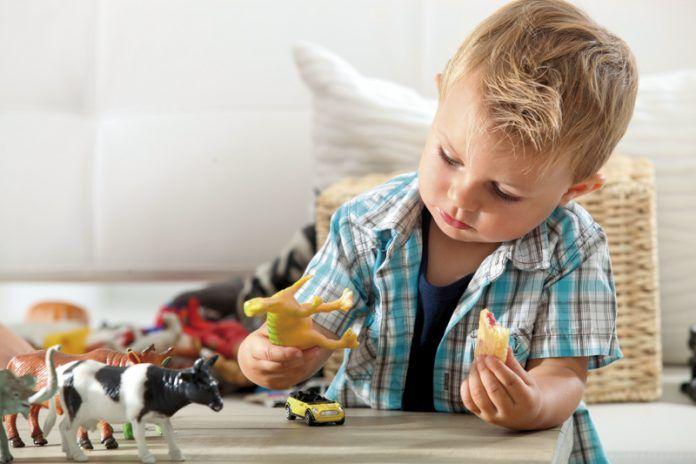 Esta Navidad. Niño jugando con juguetes