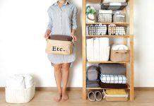 Mujer junto a armario ordenado