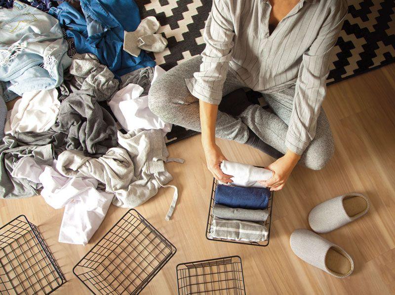 mujer doblando ropa_armarios en orden