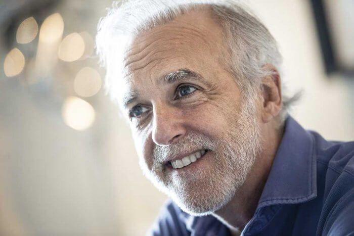 Paco Arango sonríe durante la entrevista Revista Misión