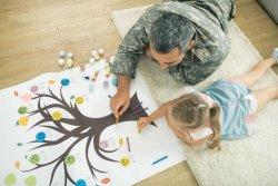 Padre e hija hacen árbol genealógico