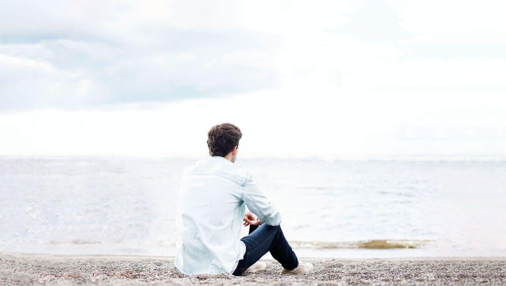 hombre piensa frente al mar