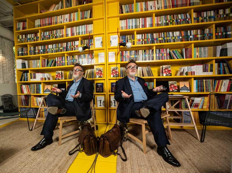 Rod-Dreher reflejado en un espejo sentado en una librería
