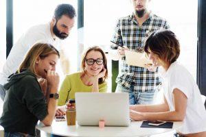 Compañeros de trabajo alrededor de un ordenador